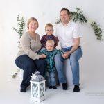 Familie mit zwei Burschen beim Shooting