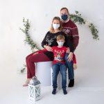Familienfoto mit Maske im Jahr 2020