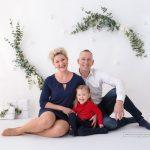 Familienfoto mit weihnachtlichem selbstgemachten Hintergrund