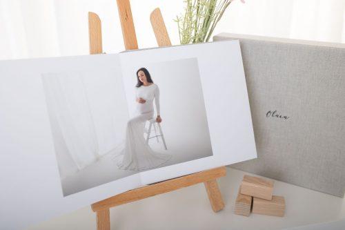 Fotoalbum mit Babybauchfoto in weißem Schwangerschaftskleid