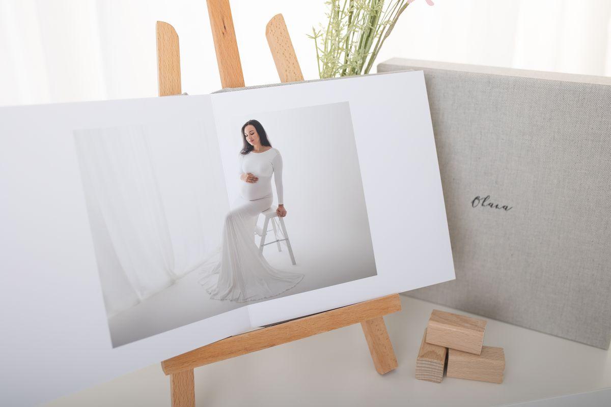 Fotoalbum mit Babybauchfoto in weissem Schwangerschaftskleid