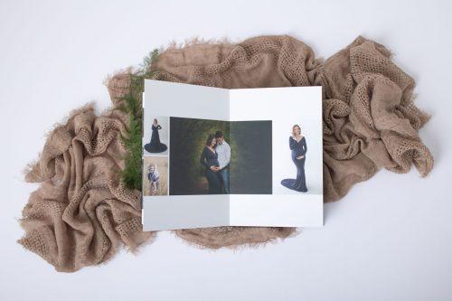 Fotoshooting mit Papa und mit Sohn im Fotoalbum mit Schwangerschaftskleid