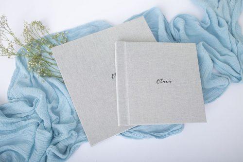 Verschiedene Größen der Fotoalben mit Leinencover in der Farbe Grau und dem Wort Ohana mittig gesetzt