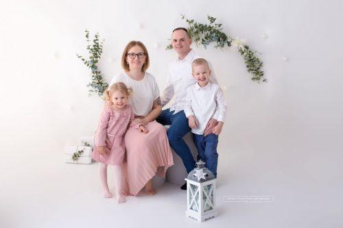 Vierkoepfige Familie bei ihrem jaehrlichen Familienfotoshooting