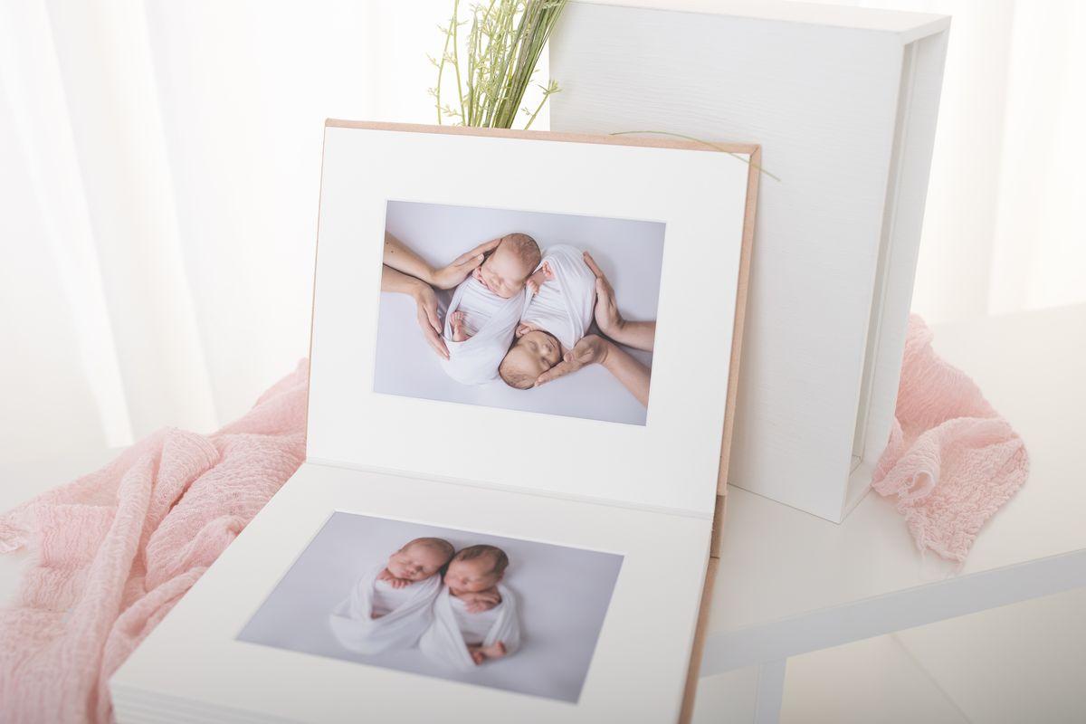 Zwillingsbabys ausgedruckte Fotos in Album mit Einschubbox