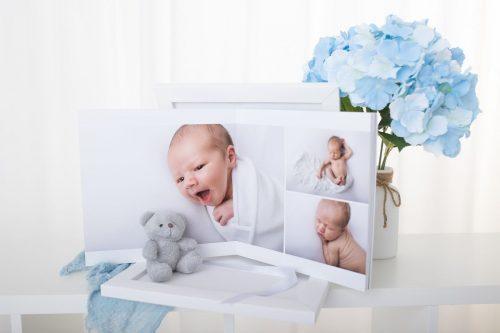 aufgeschlagenes Amethyst Fotoalbum mit Babyfotos aus dem Neugeborenenshooting