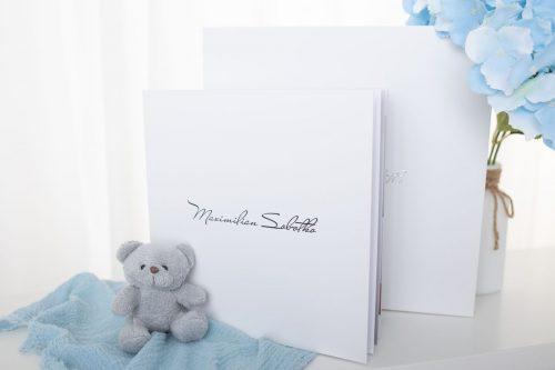 stehendes Fotoalbum mit Namen des Kindes auf dem Cover in Weiß mit der dazupassenden Box für die perfekte Aufbewahrung