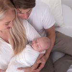 Detailaufnahme eines kuschelnden Familienfotos