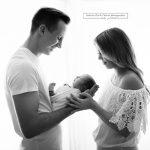 Familienfoto beim Babyshooting in Schwarz Weiss