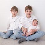 Geschwisterfoto der drei Burschen beim Babyshooting