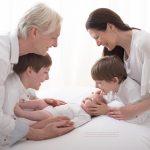 Mama, Papa und die großen Brueder mit dem neuesten Familienzuwachs