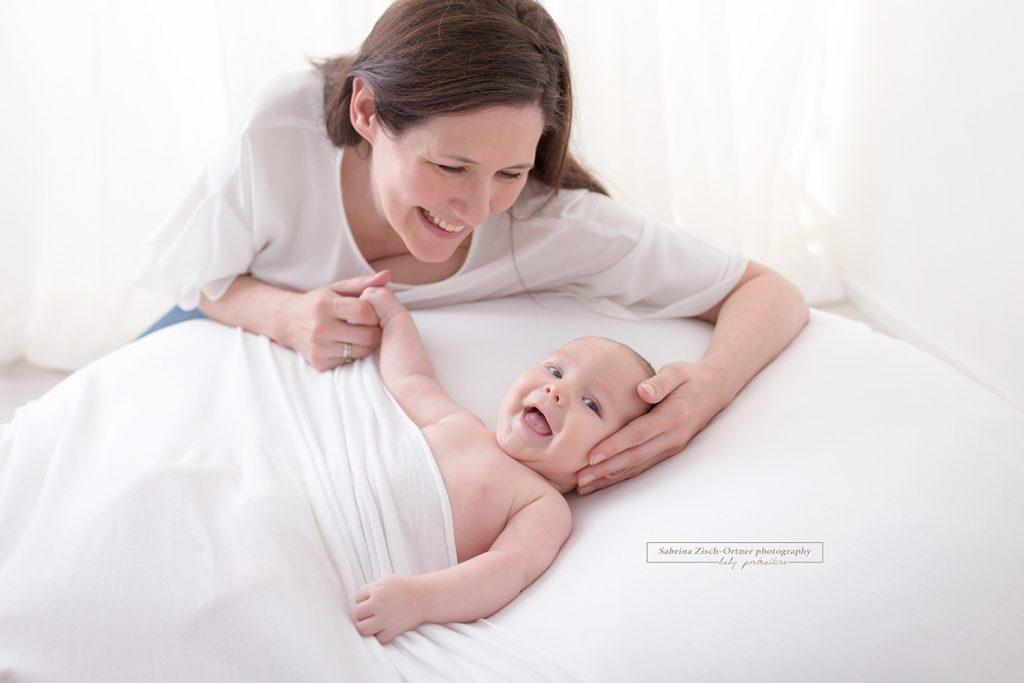 Mama mit ihrem quietschvergnuegten Baby