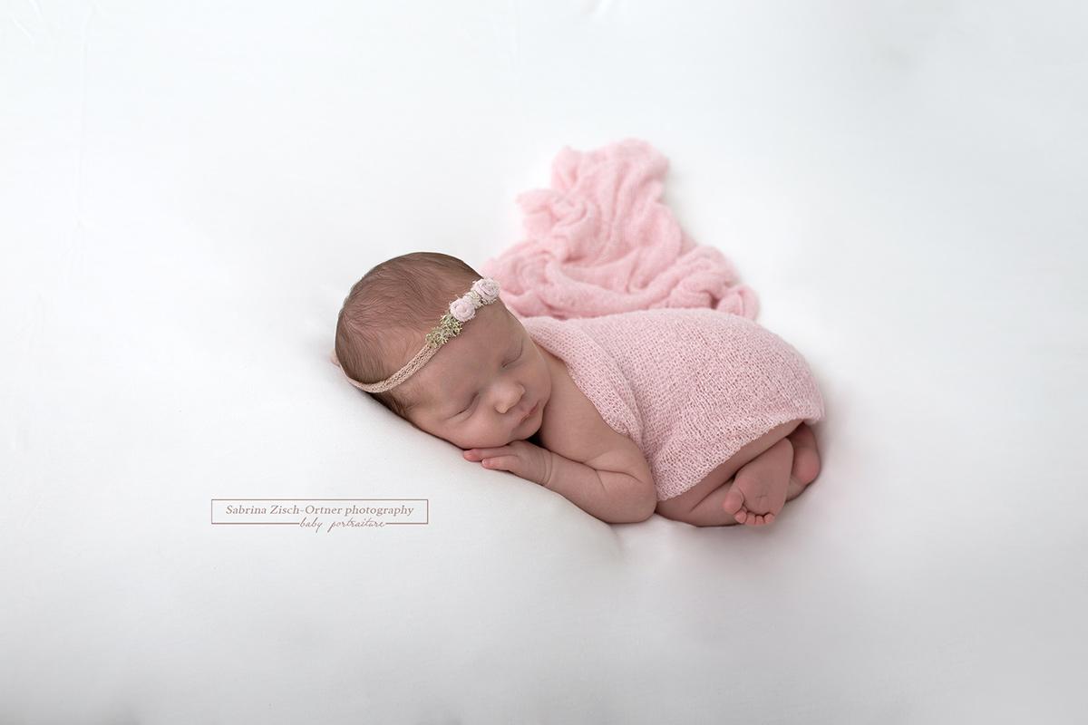 babygirl in rosa bei neugeborenen Fotoshooting
