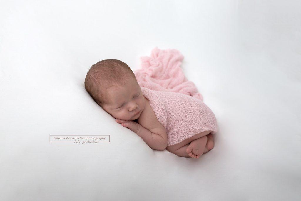 frisch geschluepftes Baby in Zartrosa