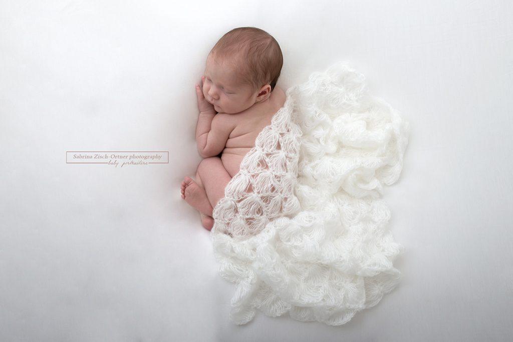 gehaekeltes Tuch als Accessoire beim Fotoshooting mit Baby