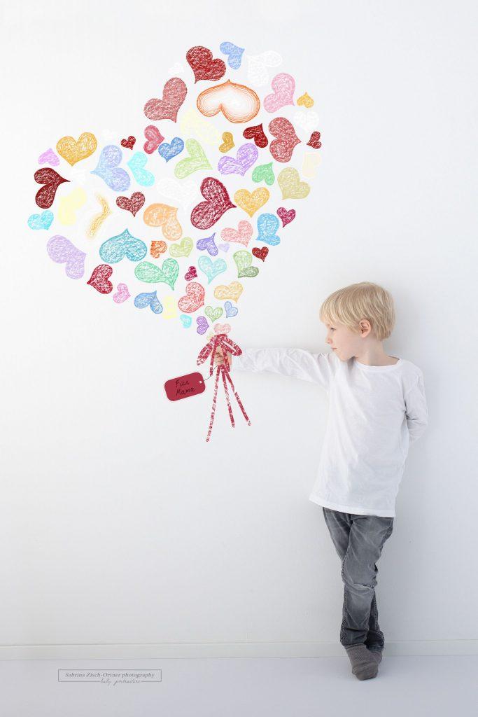 Blumengruß aus lauter kleinen Herzen für den Muttertag beim Shooting in Wien gemacht