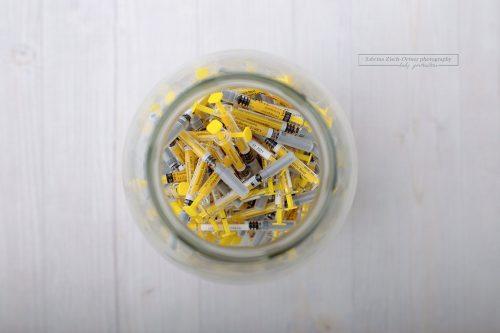 Blick in das Glas voller Spritzen bei 3 monatiger IVF Behandlung
