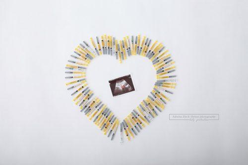 Kinderwunsch IVF Künstliche Befruchtung Schwangerschaft Herz aus Spritzen bei Fotoshooting