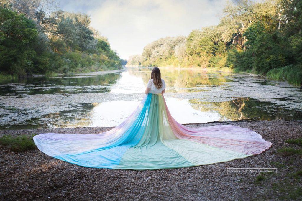 Schwangerschaftsshooting mit Regenbogenbaby Outdoor vor See im Wald