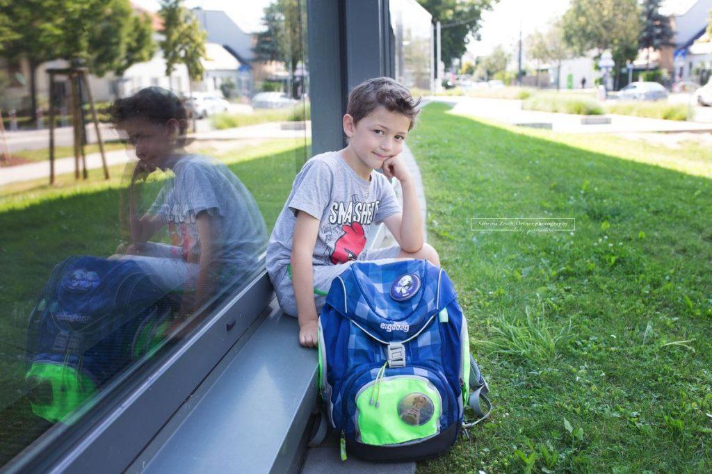 Schulanfänger ganz stolz mit seiner neuen Schultasche