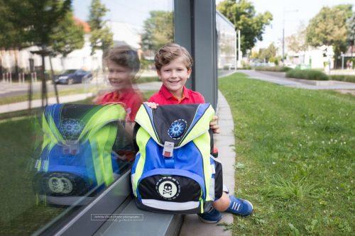 stolz wird die erste Schultasche präsentiert