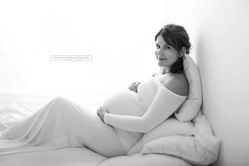 konstrastreiches Schwarz Weiss Bild einer Schwangeren
