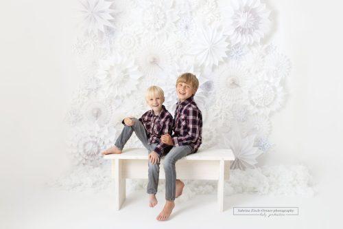 Fotos für Weihnachten Familie Kinder Oma Opa Schnee Flocken Sterne Weiß Studio
