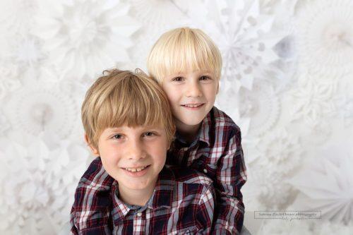 Geschwisterfoto beim Weihnachtsfotoshooting in Wien